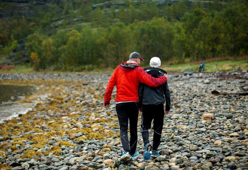 Fosterfar og gutt ute på tur (foto: Tine Poppe / bufdir.no))