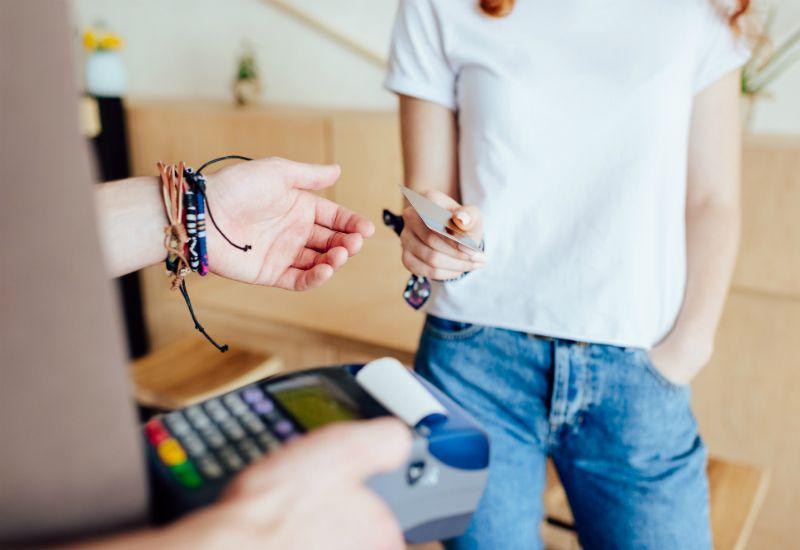 KORTVETT: Sjekk kortvettreglene for gode tips du bør huske på når det gjelder bankkort, pin-koder og pengeuttak.
