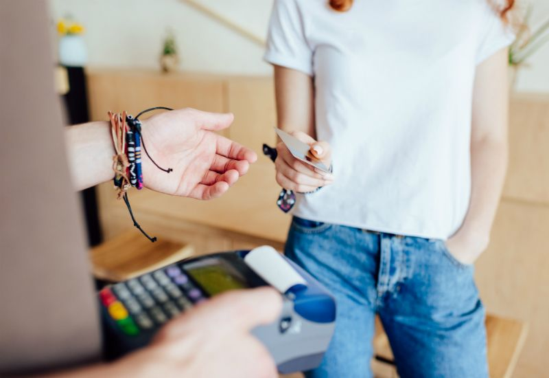 Jente betaler med bankkort (colourbox.com)
