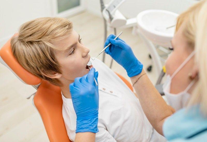 IKKE FARLIG: Tannlegen vil deg vel. Gå til tannlege regelmessig for å ta vare på tenner og tannkjøtt! Foto: Colourbox