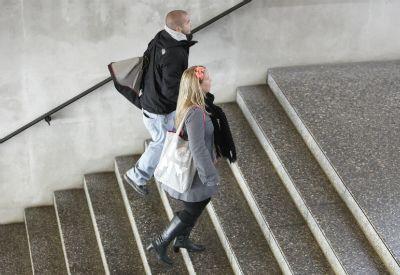 Studenter går opp trapp (Colourbox.com)