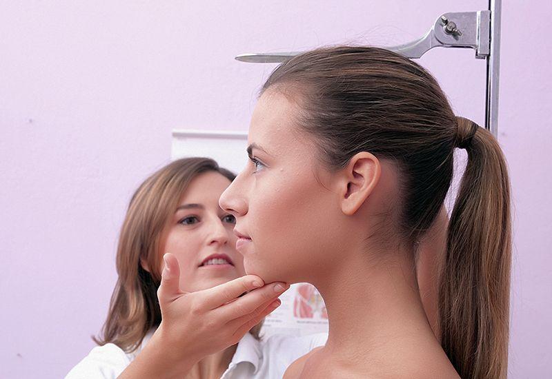 Jente blir målt hos helsesøster (colourbox.com)