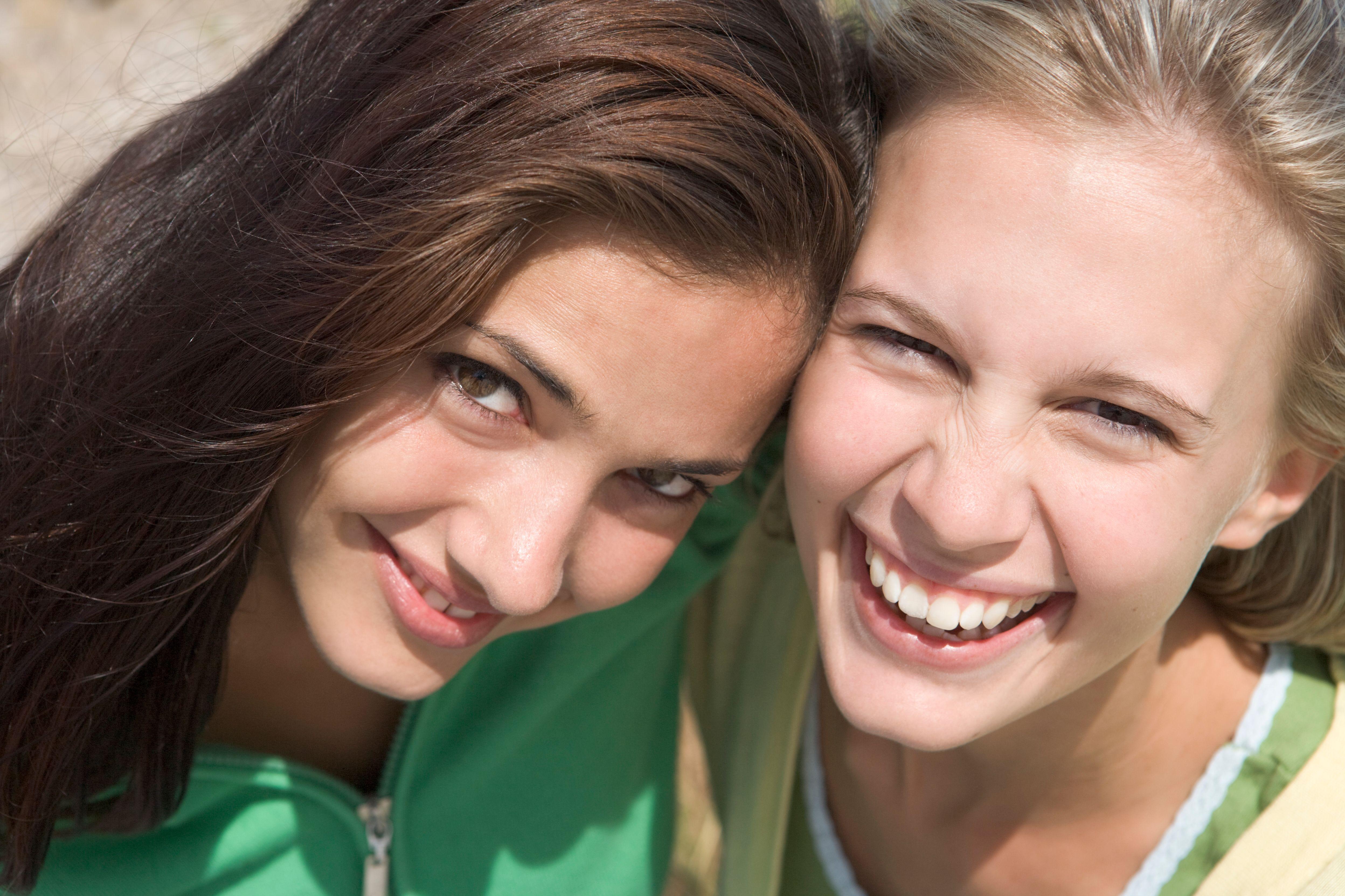 To jenter som smiler.