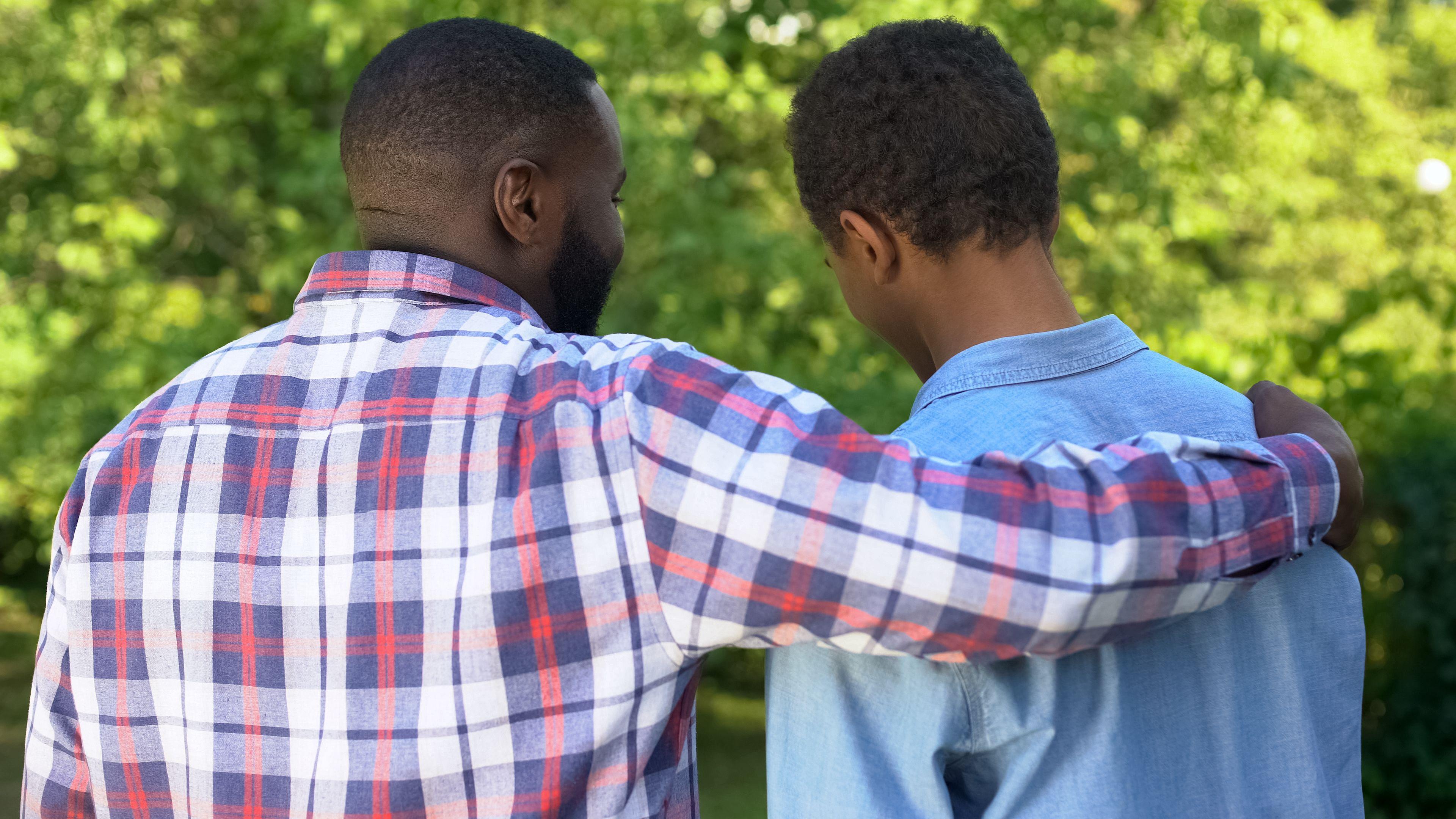 Far som holder rundt sønnen sin.