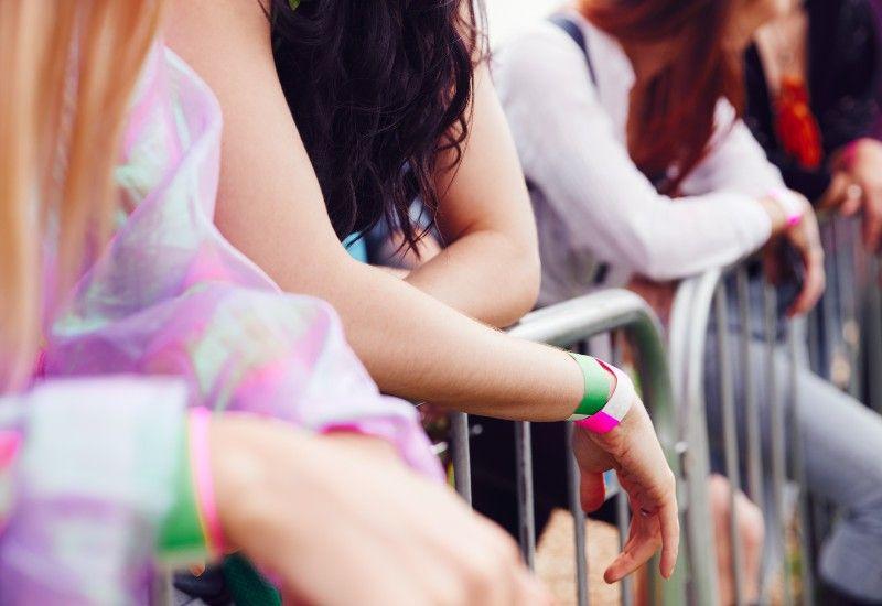 Ungdom ved gjerde på festival (Foto: www.colourbox.com)