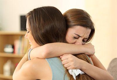 Jenter trøster hverandre (colourbox.com)