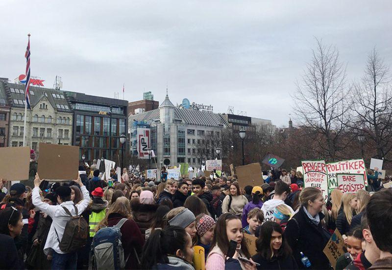 Ungdom demonstrerer utenfor Syortinget (foto: ung.no)