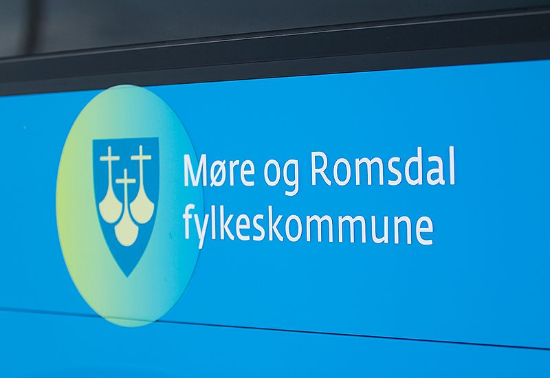 Buss med Møre- og Romsdal fylkeskommune (colourbox.com)