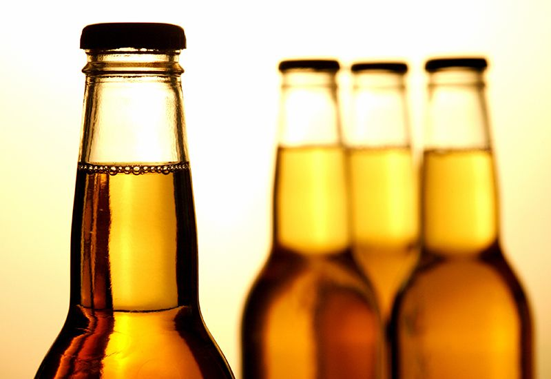 ULOVLIG: I Norge er det ulovlig å selge, servere, eller å gi alkoholholdig drikke til personer under 18 år.