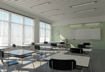 Bilde av et klasserom med pulter og stoler. (www.colourbox.com)