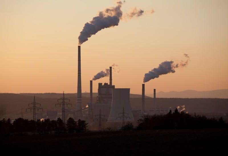 Rødlig himmel, med fabrikker og røyk i forgrunnen (Foto: colourbox.com)