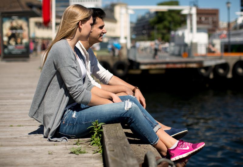 Kjærestepar sitter på kaia i Oslo (foto: Tine Poppe / bufdir.no)