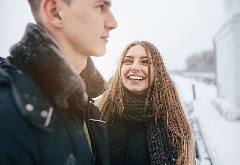 Jente ser på en gutt og smiler (colourbox.com)