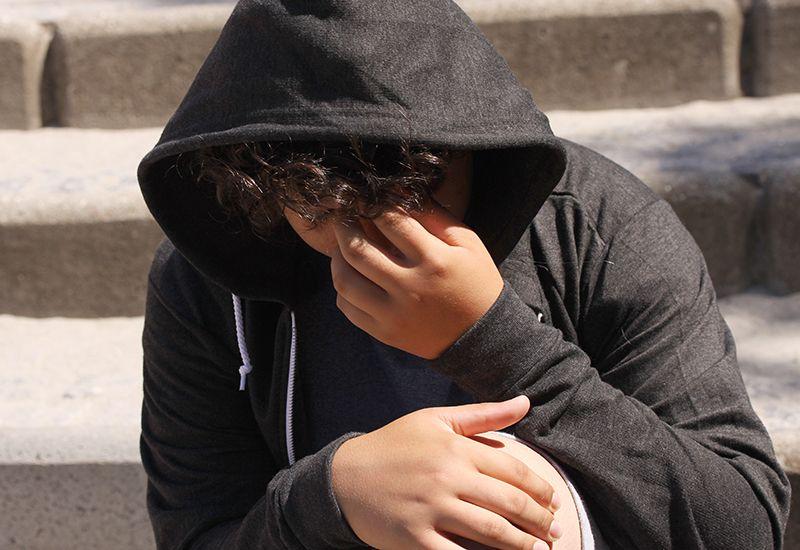 Gutt tenker og ser lei seg ut (colourbox.com)