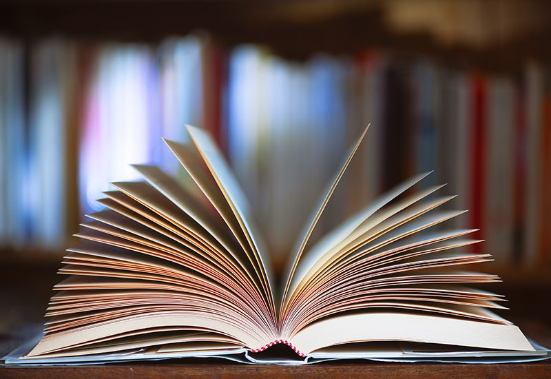 En åpen bok som ligger på et bord (Foto: Colourbox)