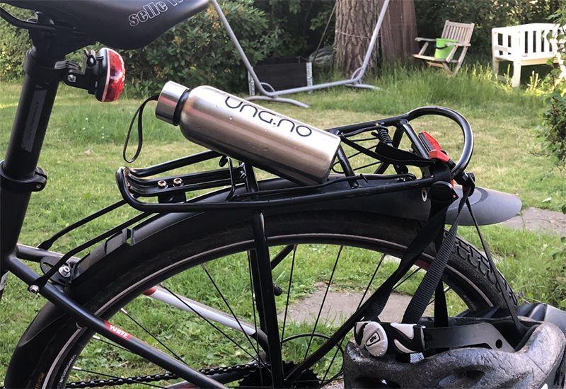 Vannflaske på bagasjen på en sykkel