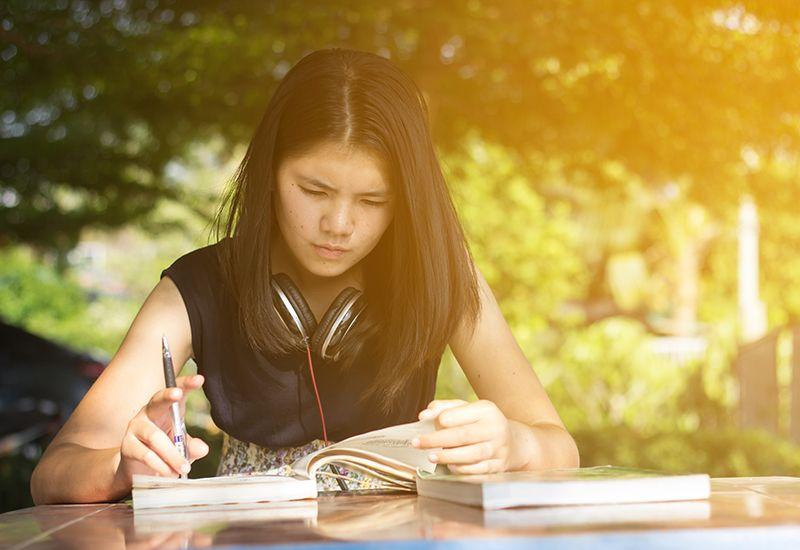 Jente jobber med studier (colourbox.com)