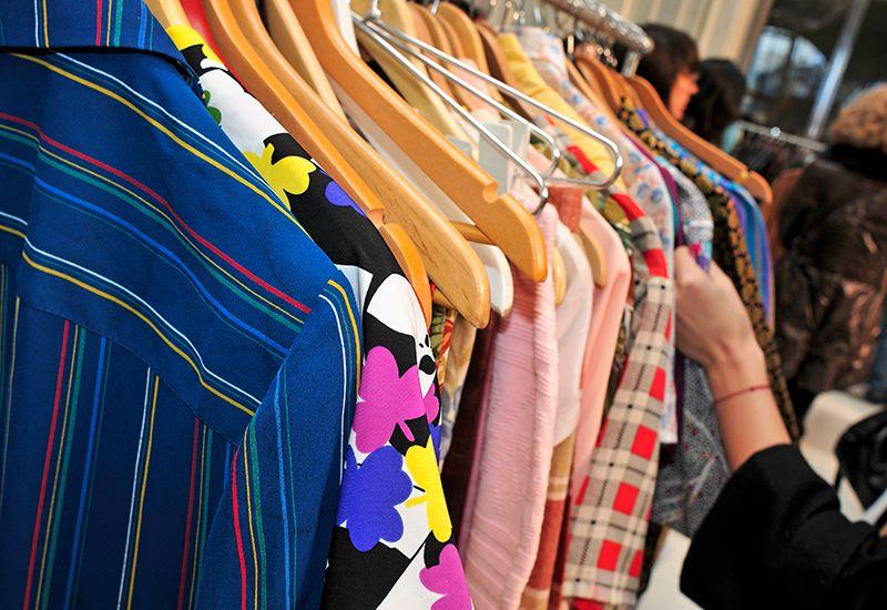 Ser på klær på et stativ (colourbox.com)