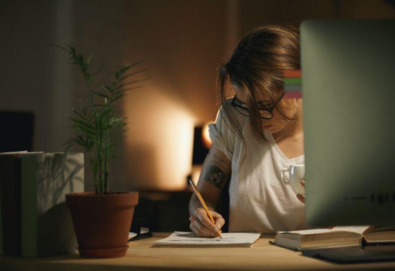 Jente som skriver på en notisblokk (Colourbox.com)