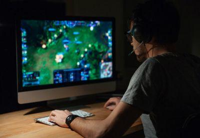 Gutt spiller dataspill online (colourbox.com)