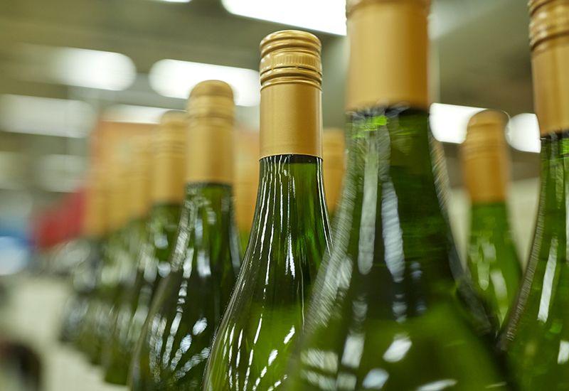 Vinflasker på rekke og rad i butikk (colourbox.com)