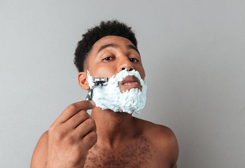 BARBERHØVEL: Det tar litt lengre tid enn en barbermaskin, men huden blir glattere og mykere. Foto: Colourbox.