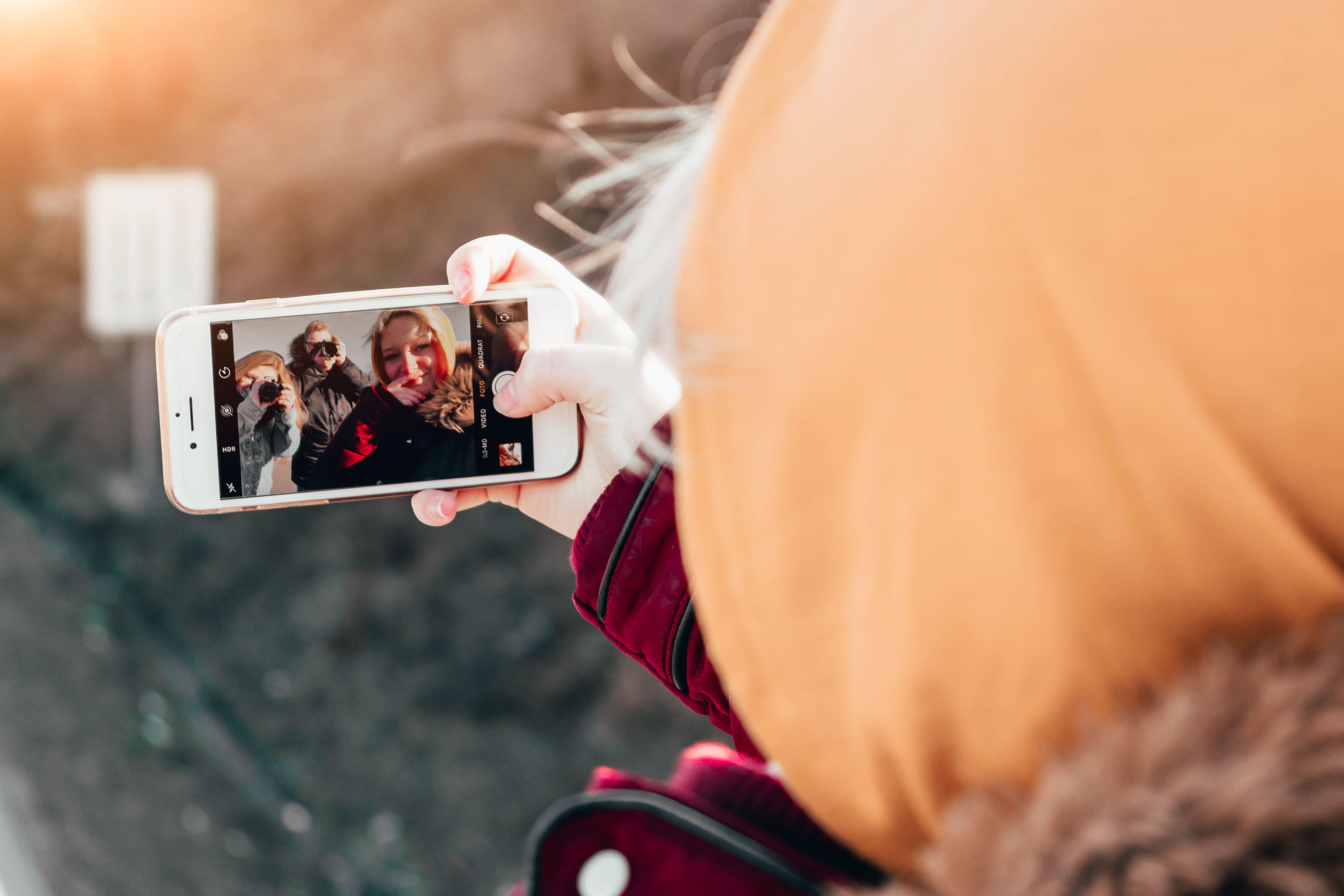 Gjeng som tar selfie sammen.