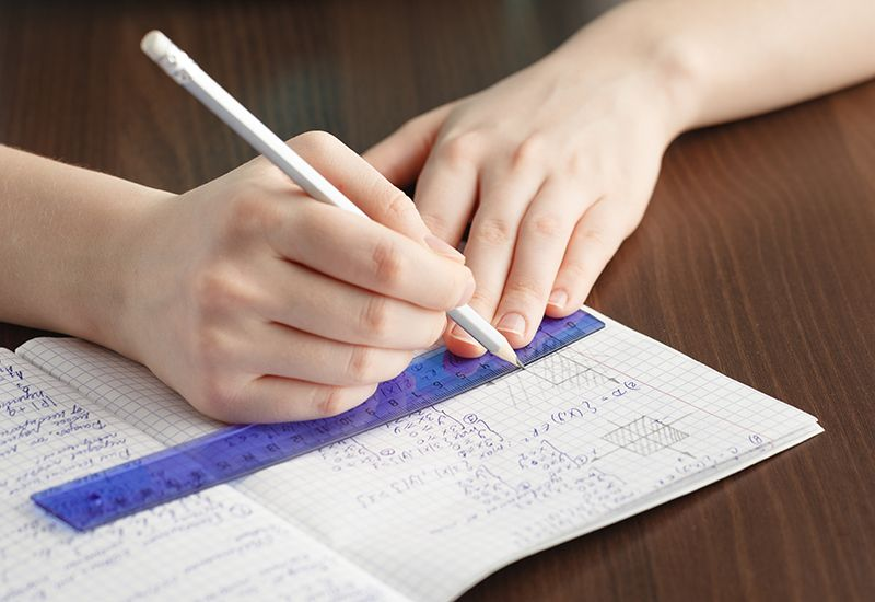 Løser matteoppgaver i kladdebok (www.colourbox.com)