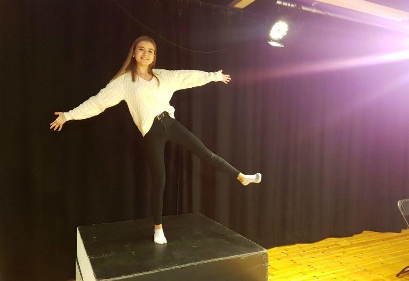 TEATER: Embla er en av mange ungdommer som driver med teater i Harstad.