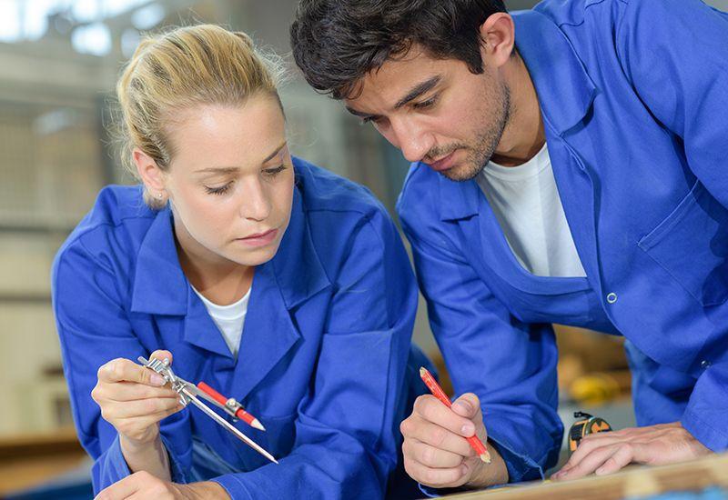 Jente og gutt jobber sammen (colourbox.com)