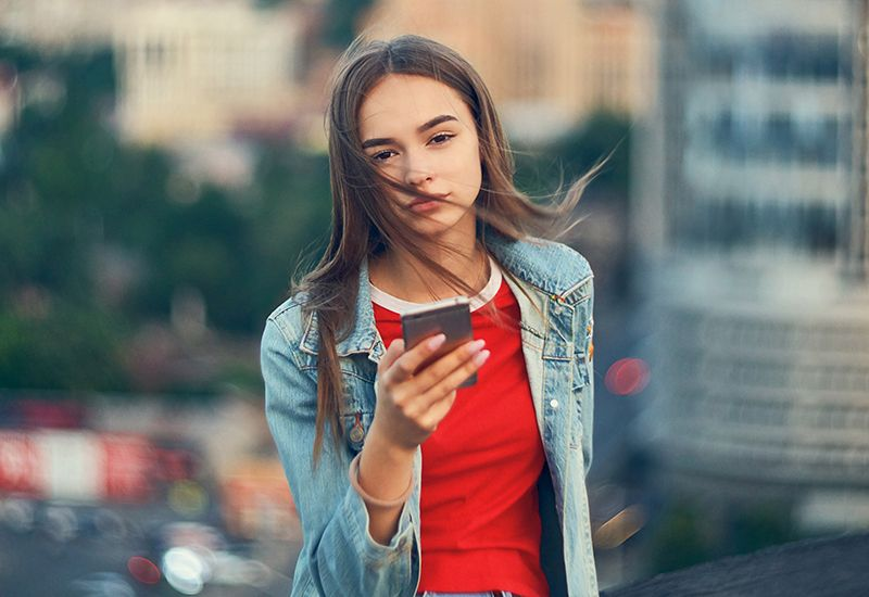 Jeg er i en by og holder mobil i hånda