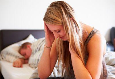 Trist jente sitter på senga (colourbox.com)
