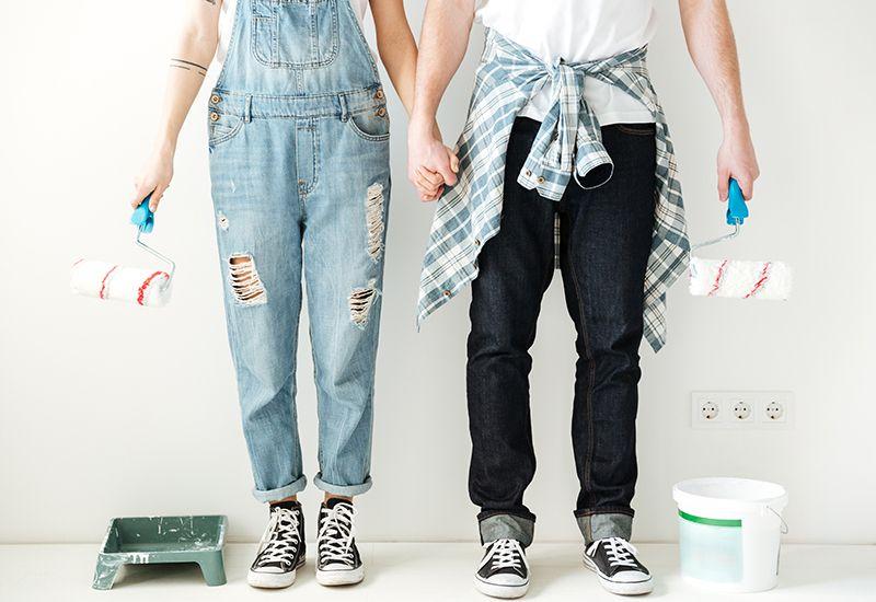 Et par gjør seg kare til å male leileghet (colourbox.com)