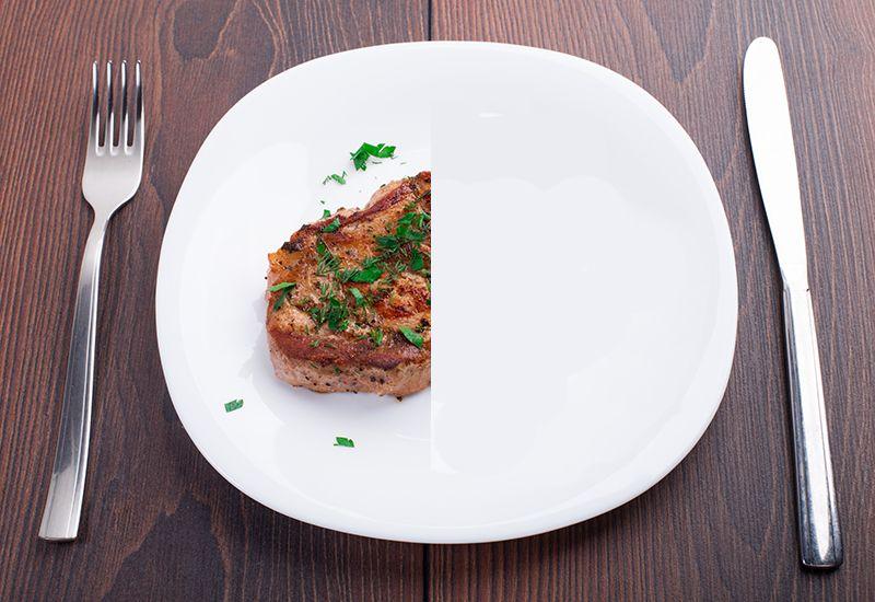 Kjøtt på halve tallerkenen (colourbox.com)