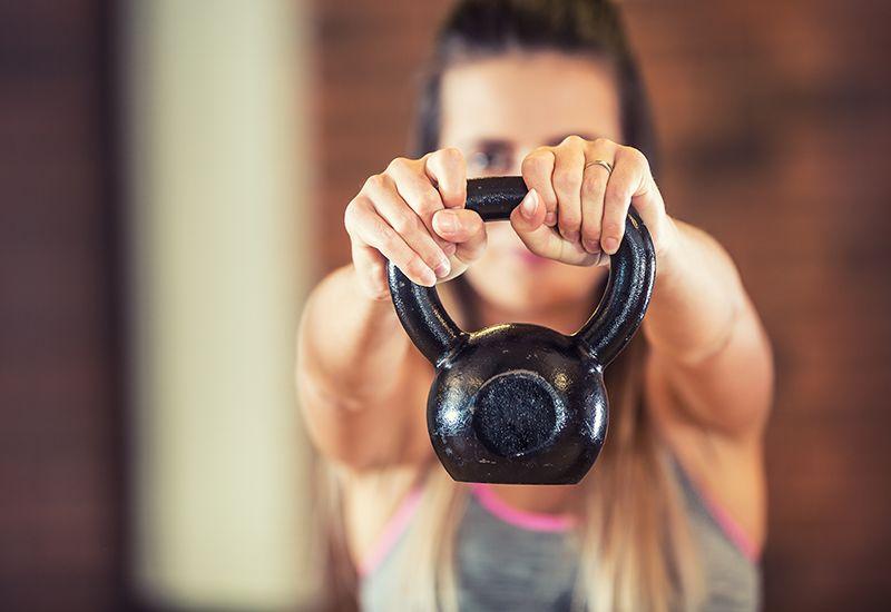 Jente løfter kettlebell (www.colourbox.com)