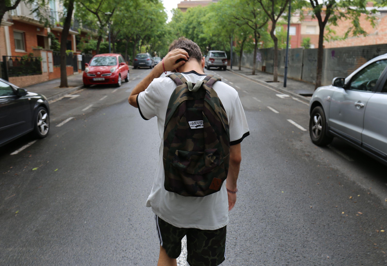 Gutt går i gata og tenker.