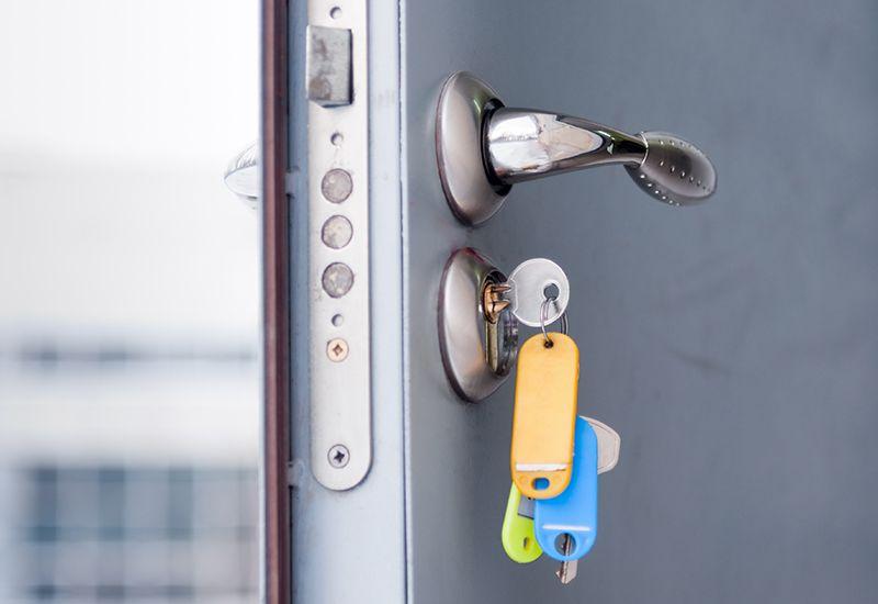 Nøkler i døra (colourbox.com)
