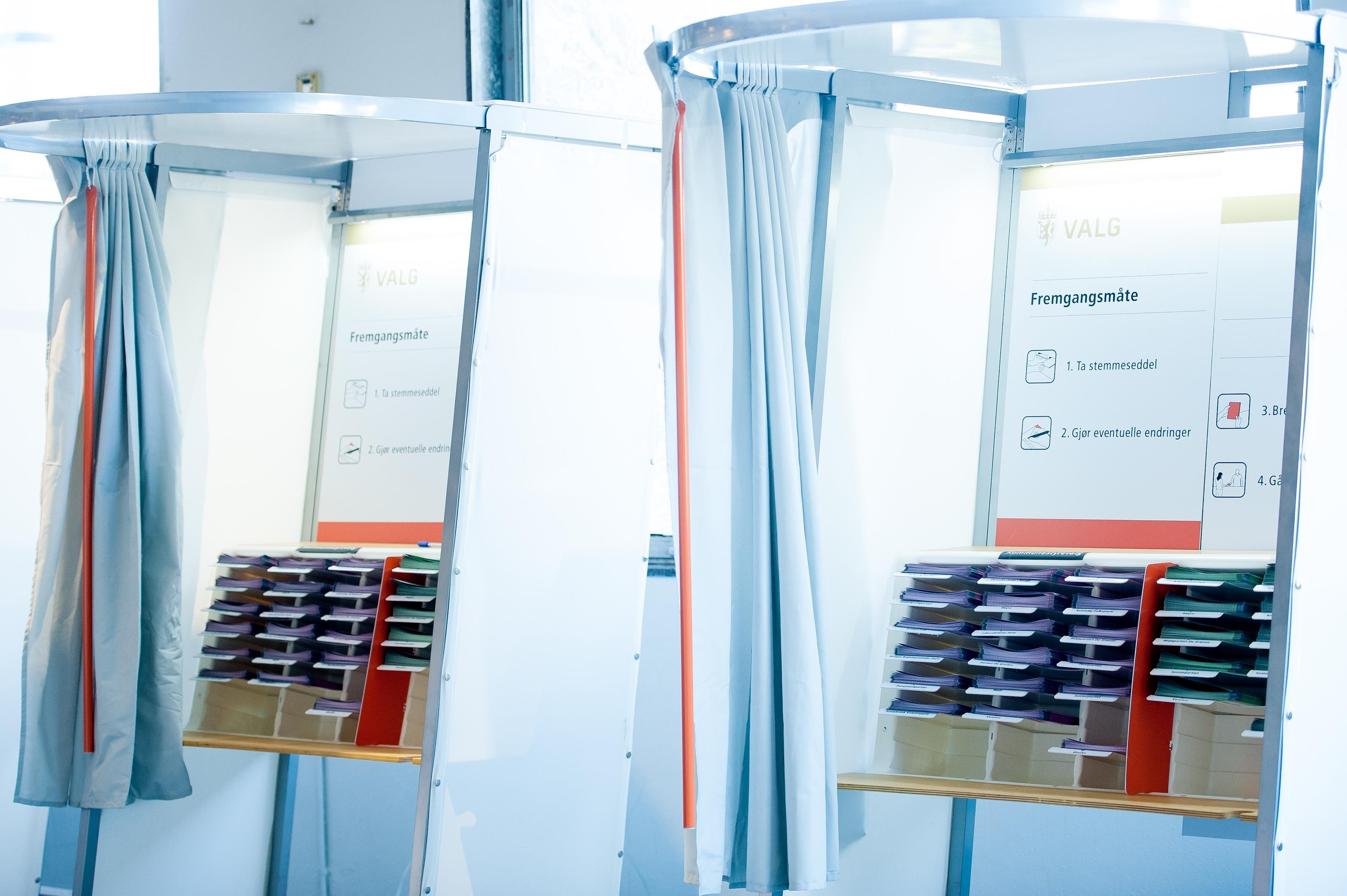 To valgbåser med partilister (Foto: Oslo kommune/Sturlason)