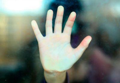 Hånd mot vindu(colourbox.com)