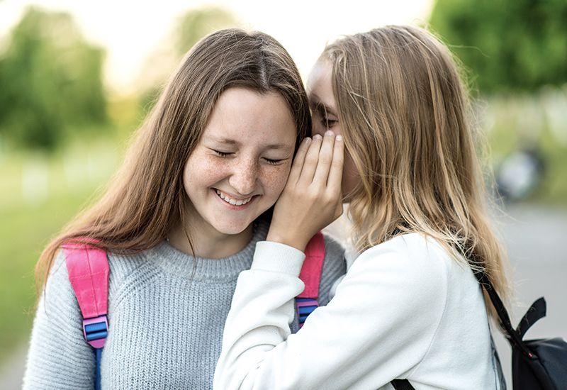 Jenter hvisker sammen (colourbox.com)