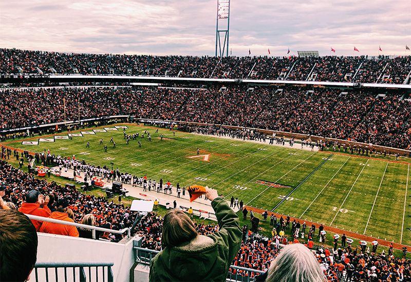 En stor stadion med publikum som ser på amerikansk fotball (Foto: Privat/ung.no)