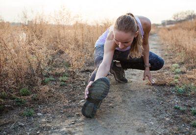 Jente tøyer ut etter trening (colourbox.com)