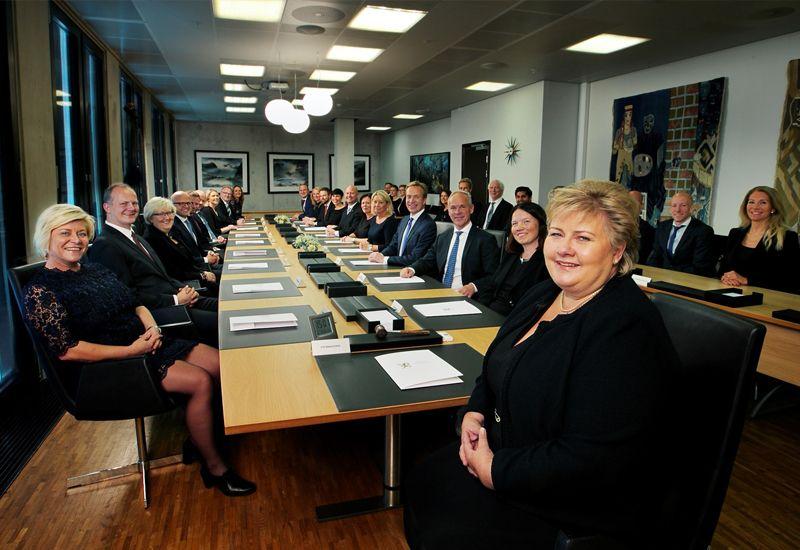 UTØVENDE: Statsminister Erna Solberg leder regjeringen som er den utøvende makten. (Foto: Torbjørn Kjosvold/Forsvaret)