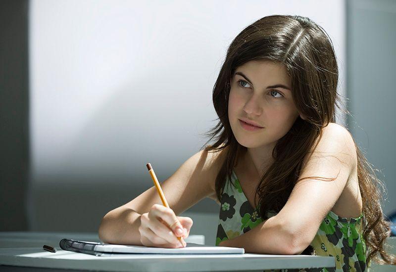 Jente sitter på skolen og tenker (colourbox.com)