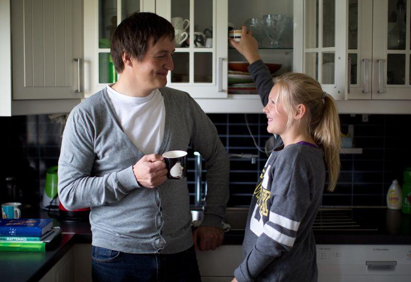 Fosterfar og jente på kjøkkenet (foto: Tine Poppe / bufdir.no)