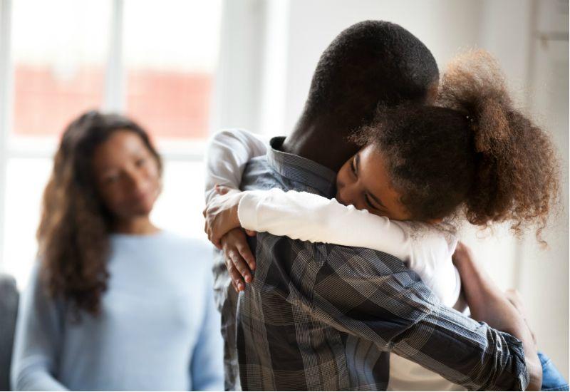 Far og datter som klemmer hverandre (Foto: Colourbox.com)