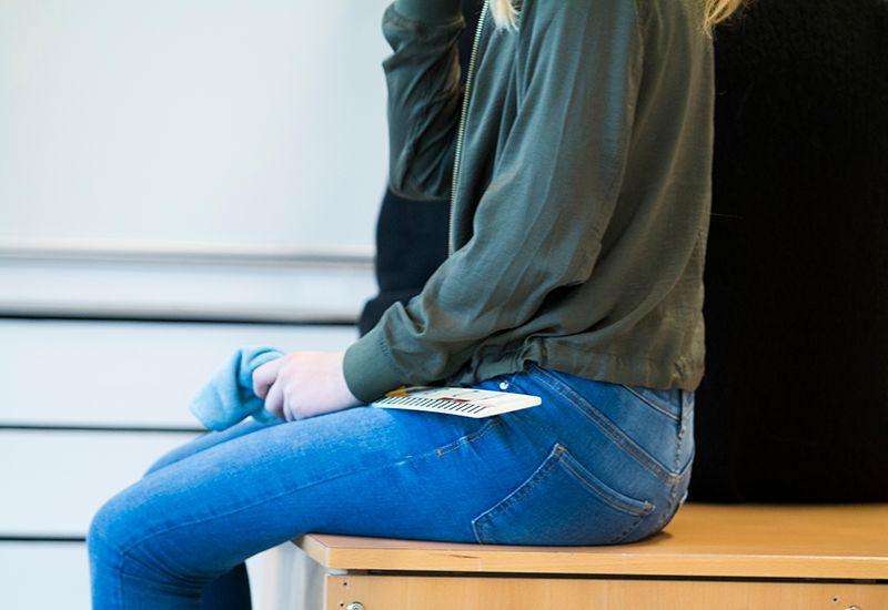 Jente sitter i et klasserom (colourboxcom)