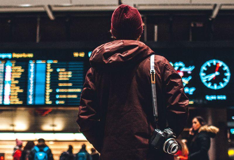 Gutt ser på infotavla på Oslo S (foto: unsplash.com)