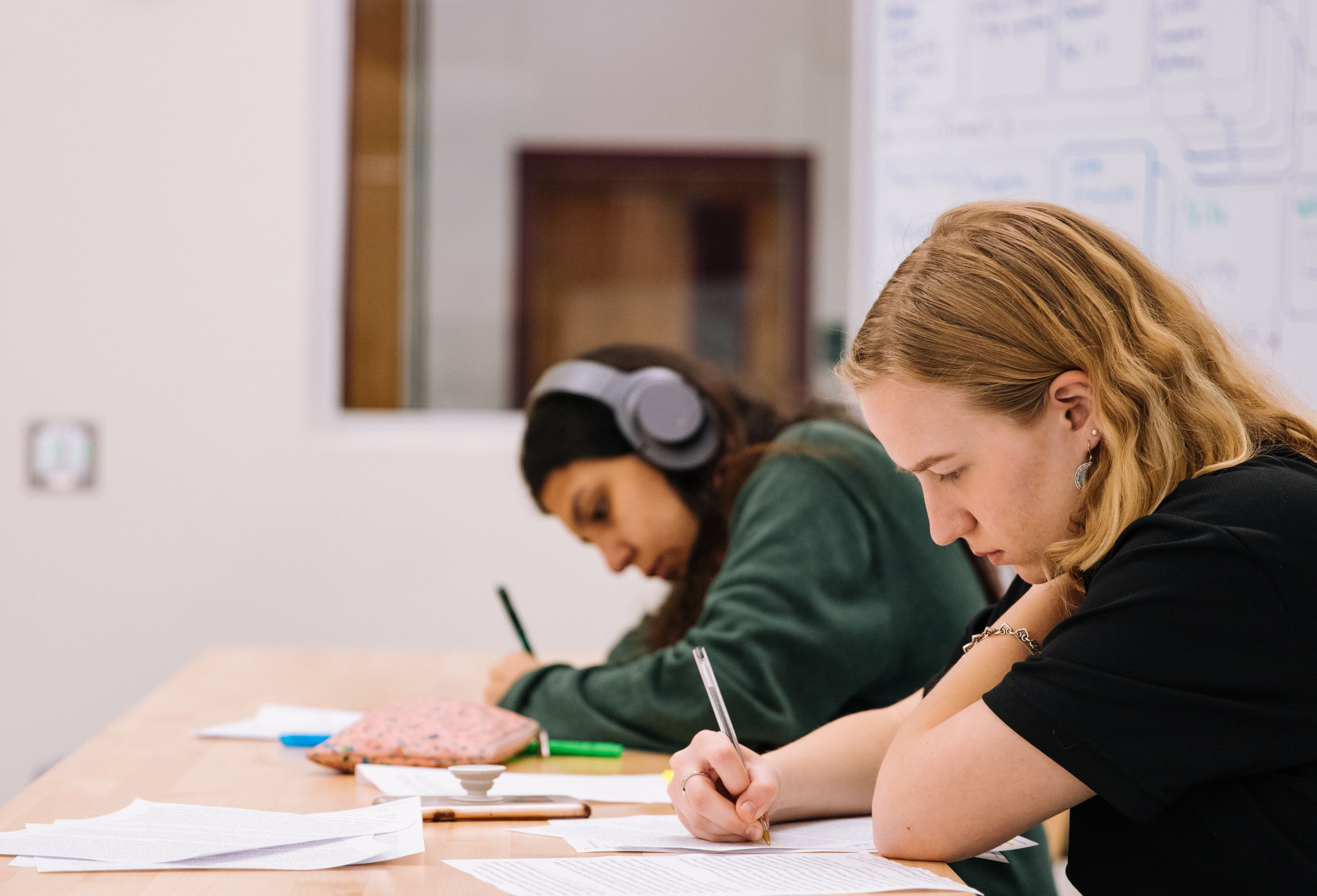 Gutt og jente som tar en prøve på skolen.