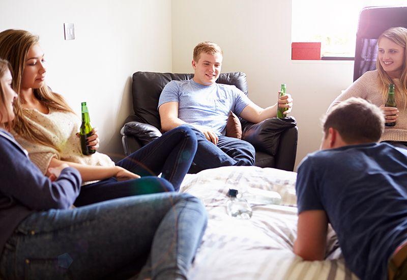 POSITIVT: Det er flere fordeler ved å ikke drikke, bl.a. kan man passe på vennene sine og slipper å være bakfull dagen etter, skriver ungdomsjounalist Amalie.